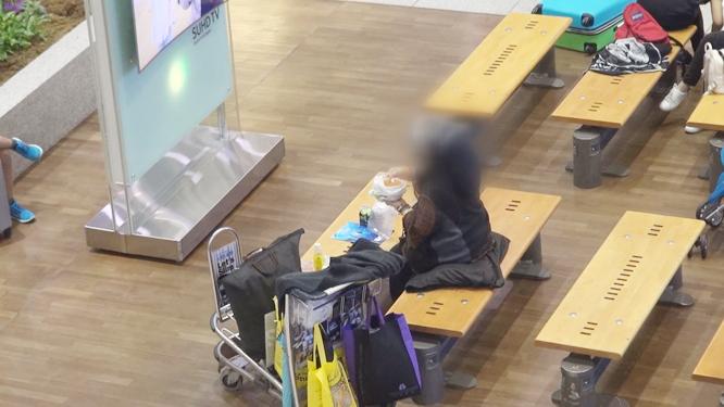 [326회] 2년째 공항에서 생활하는 여인, 그녀가 공항에서 꼭 해야 한다는 일은 무엇인가?