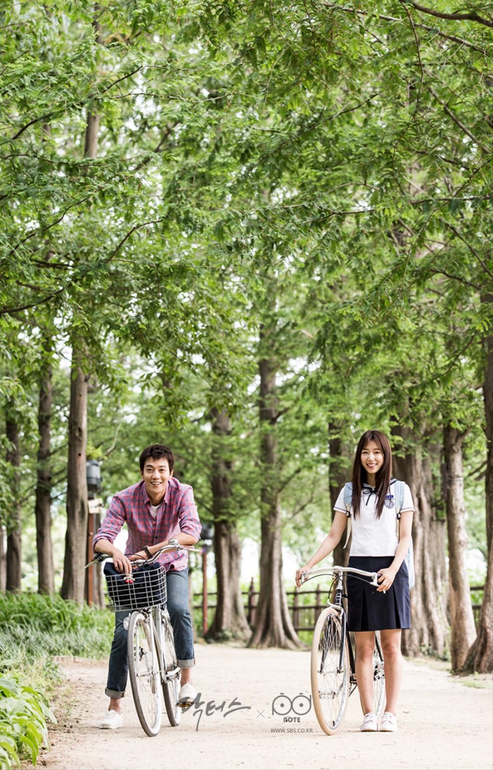 닥터스 포토스케치 호수 공원 길에서 앞을 보며 서 있는 김래원 박신혜