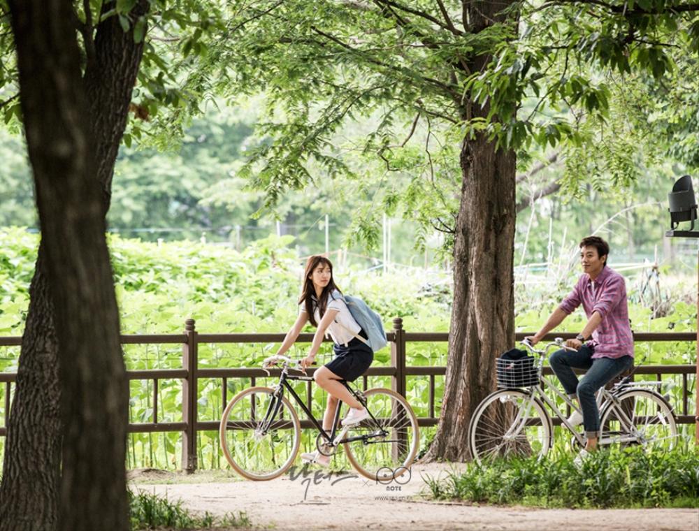 닥터스 포토스케치 호수 옆 공원 도로에서 자전거를 타고 있는 박신혜 김래원