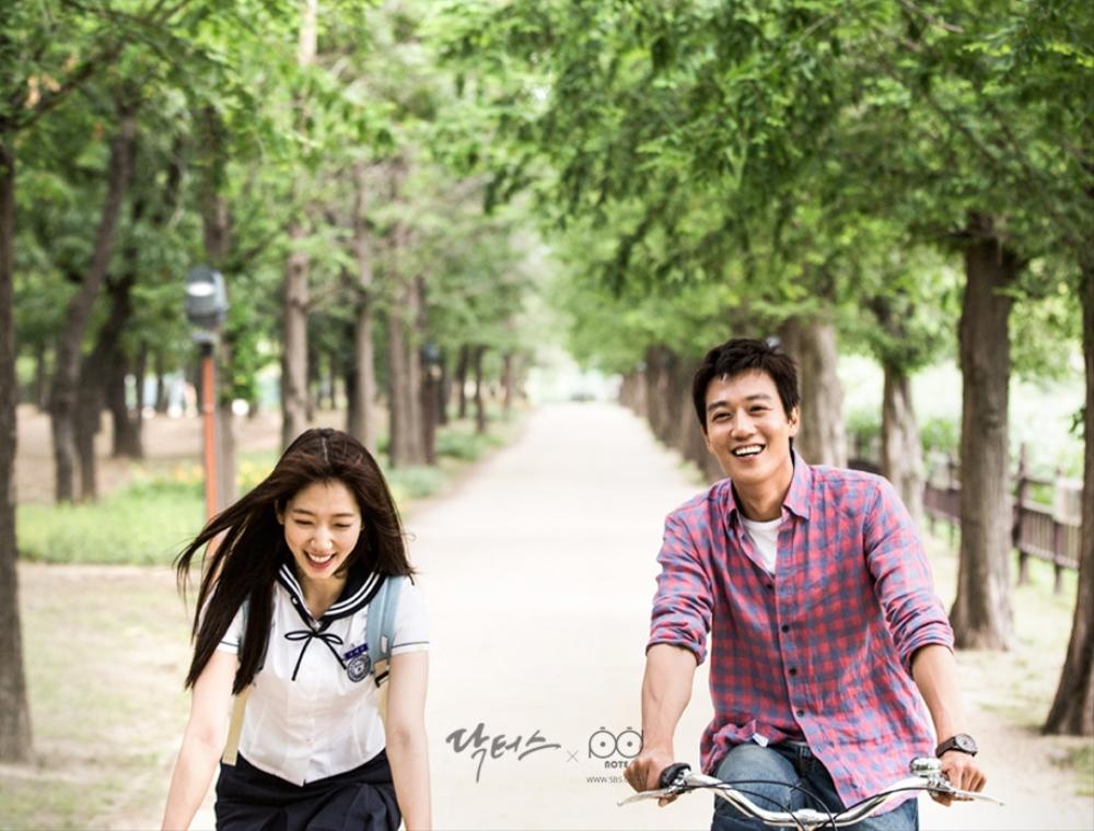 닥터스 포토스케치 호수 공원 길을 자전거를 타고 달리는 박신혜 김래원