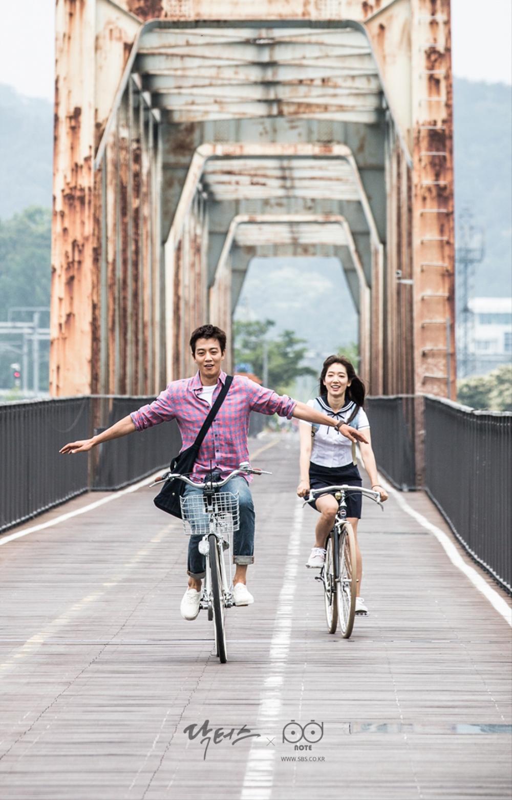 닥터스 포토스케치 철교 위에서 팔 벌리고 자전거를 타는 김래원 그리고 박신혜