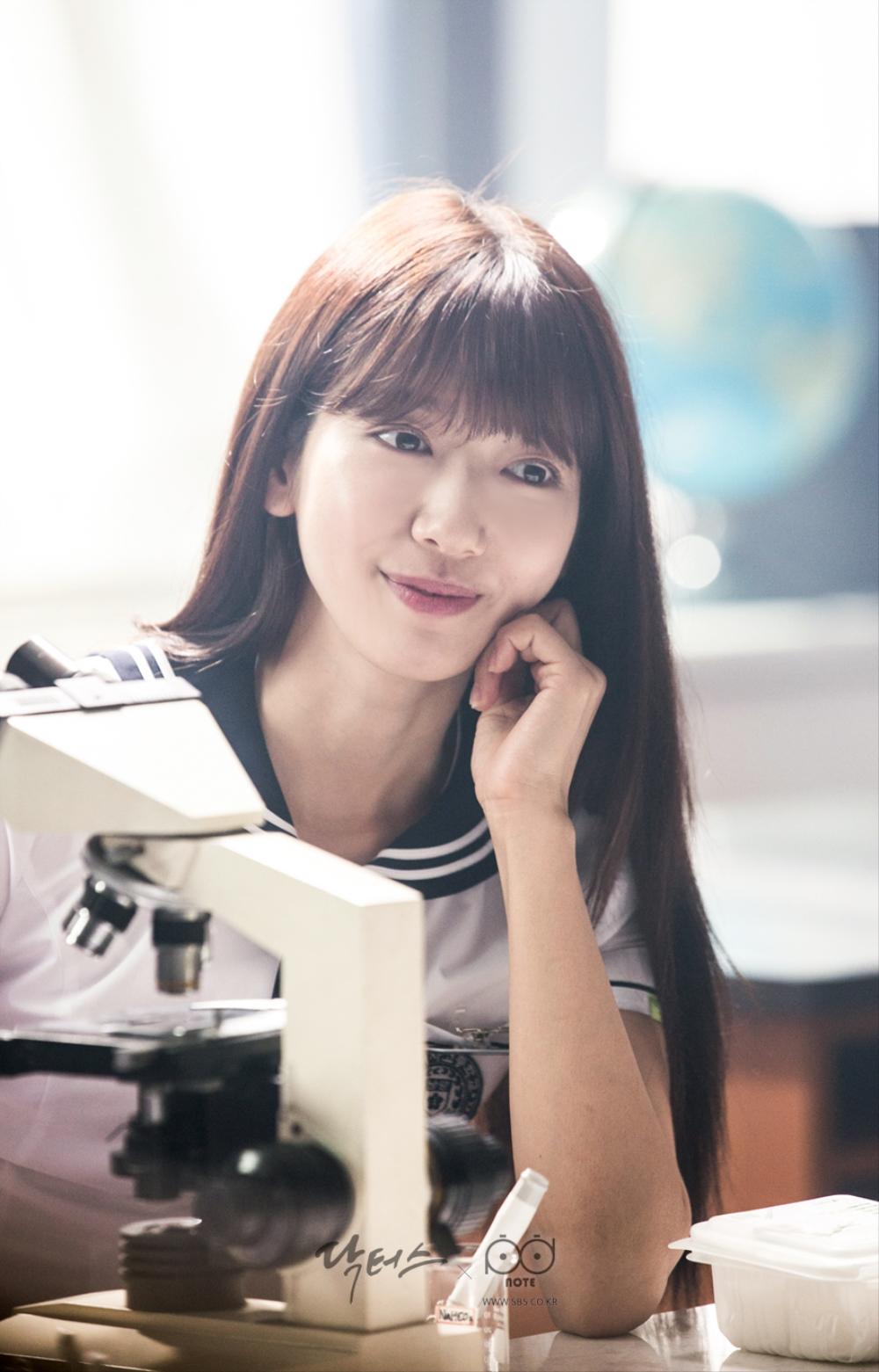 닥터스 포토스케치 과학실에서 턱 괴고 미소 지으며 앉아 있는 박신혜