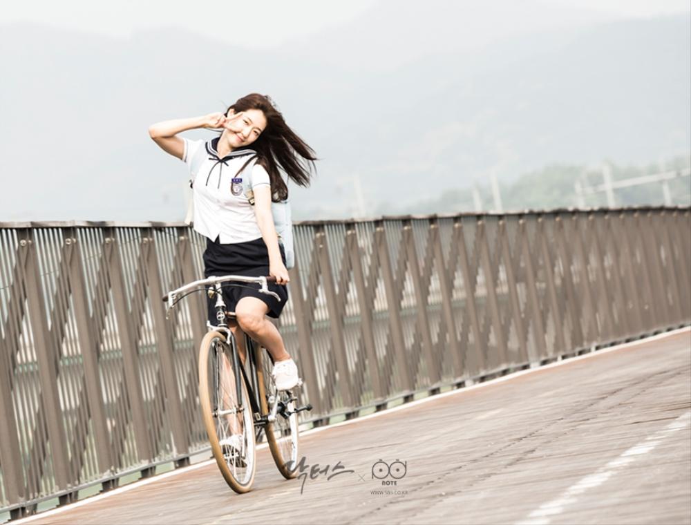 닥터스 포토스케치 철교 위에서 자전거를 타며 카메라를 향해 브이를 날리는 박신혜