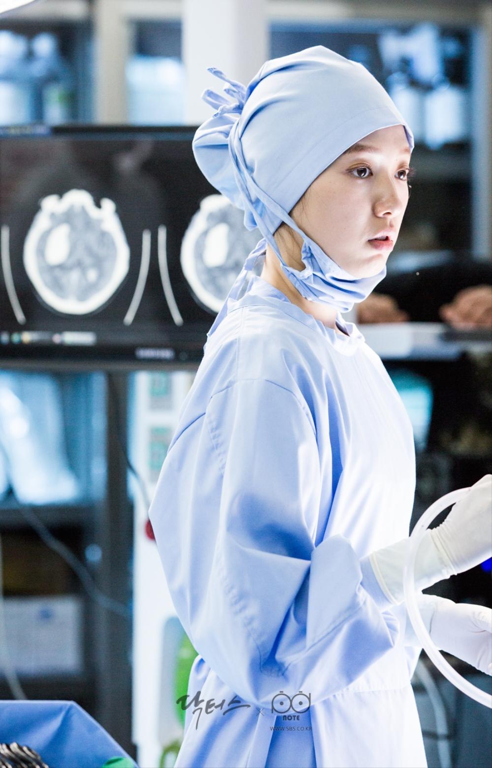 닥터스케치 6 수술 중 마스크를 잠깐 벗은채 옆을 바라보고 있는 박신혜