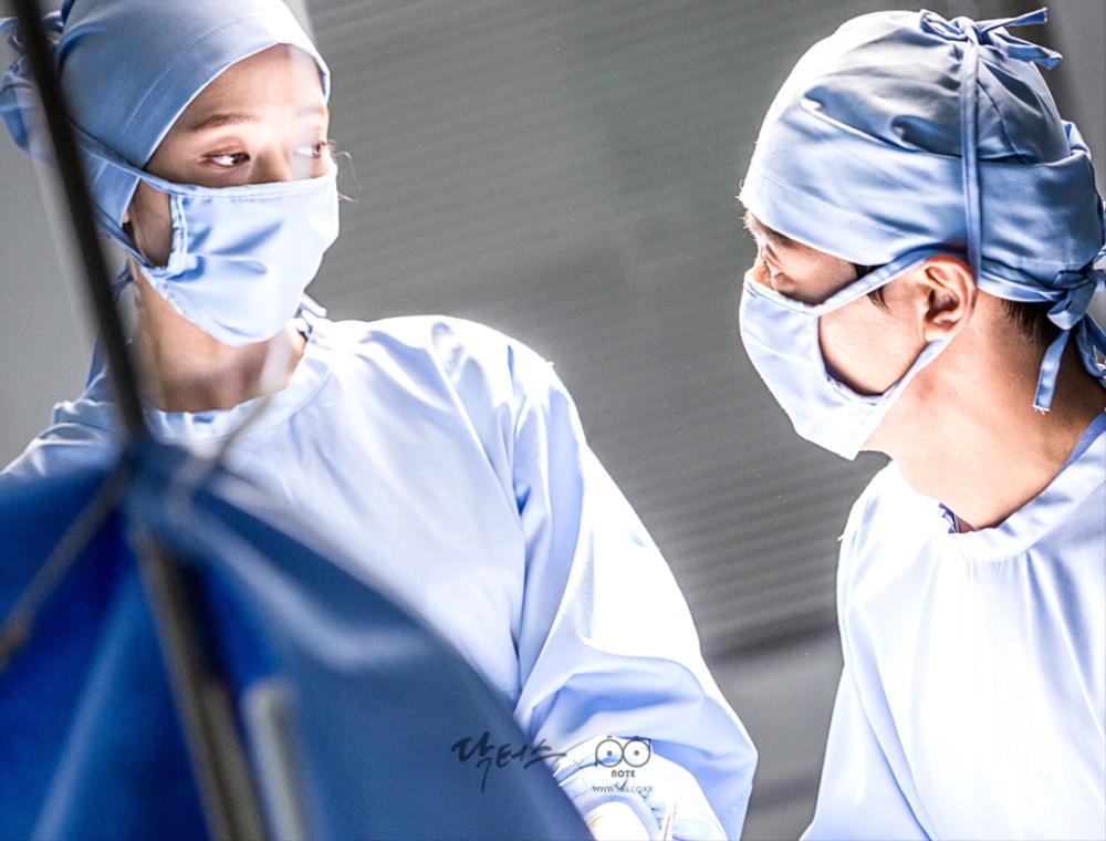 닥터스케치 6 수술 중 서로를 쳐다보며 사인을 주고 받는 김래원, 박신혜