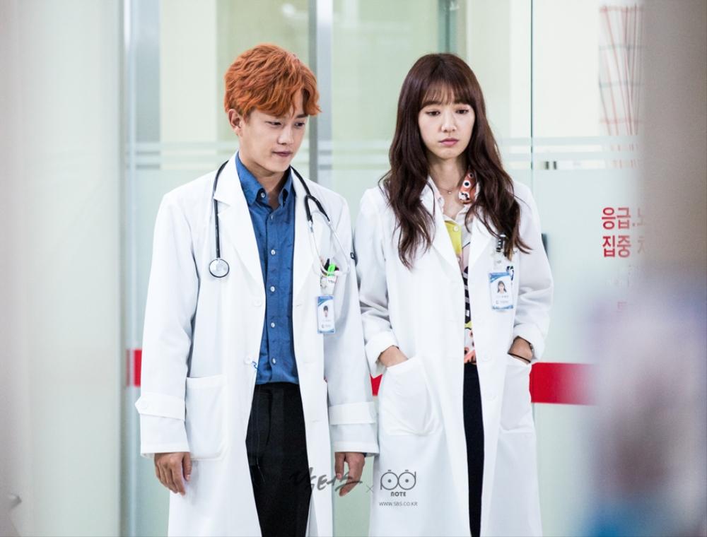 닥터스케치 6 박신혜와 나란히 걸어 가고 있는 김민석, 김민석과 함께 걸어 가고 있는 박신혜 이미지