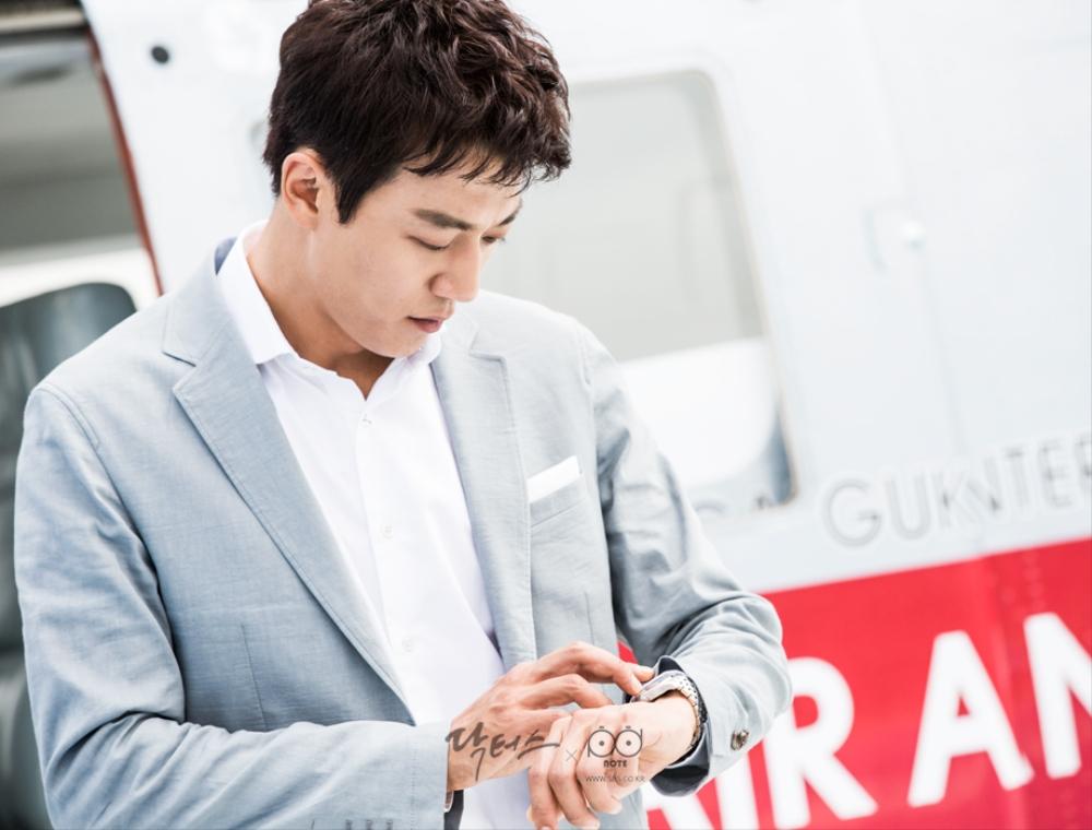 닥터스케치 6 헬기에서 내려 손목 시계를 보며 시간을 체크하는 김래원