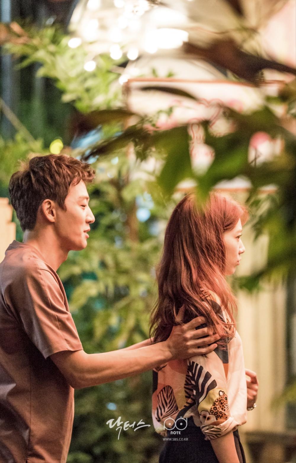 닥터스케치 7 박신혜를 집에 들여보내려는 김래원, 집에 들어 가기 싫어하는 듯한 박신혜의 이미지