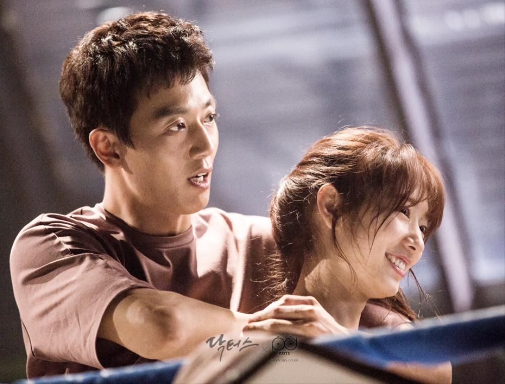 닥터스케치 7 체육관 링 위에서 박신혜에게 팔로 압박하는 김래원과 웃고 있는 박신혜 이미지