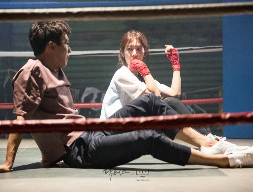 닥터스케치 7 체육관 위에서 앉아서 서로 바라보며 휴식을 취하고 있는 김래원, 박신혜 이미지