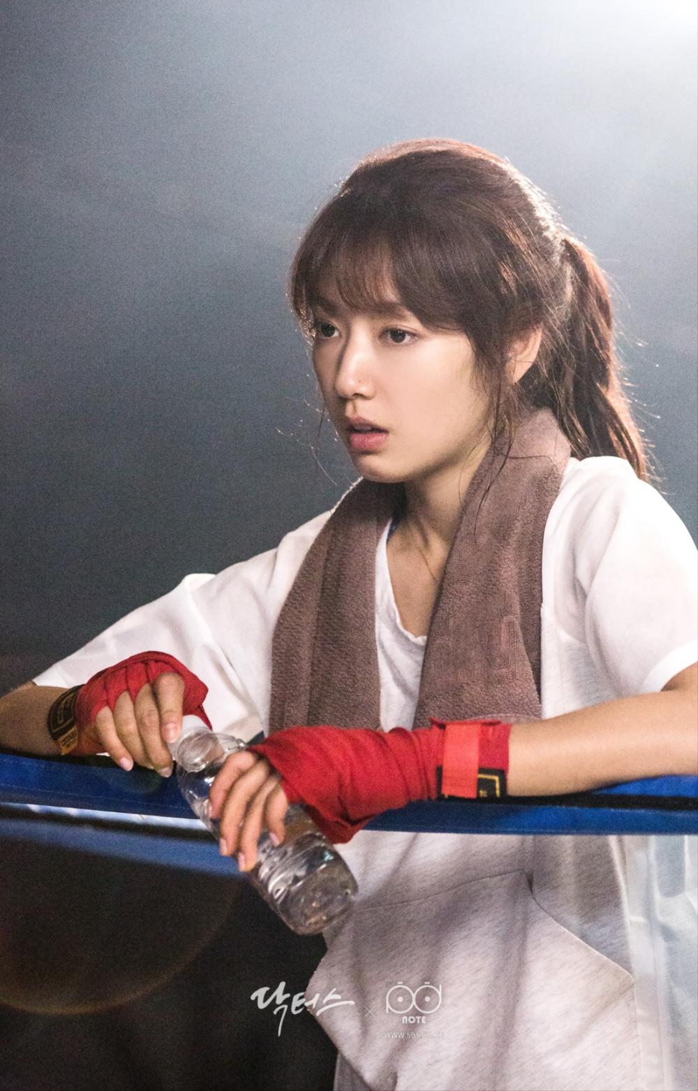 닥터스케치 7 체육관 링 위에서 물병을 들고 수건을 두르고 쉬고 있는 박신혜 이미지