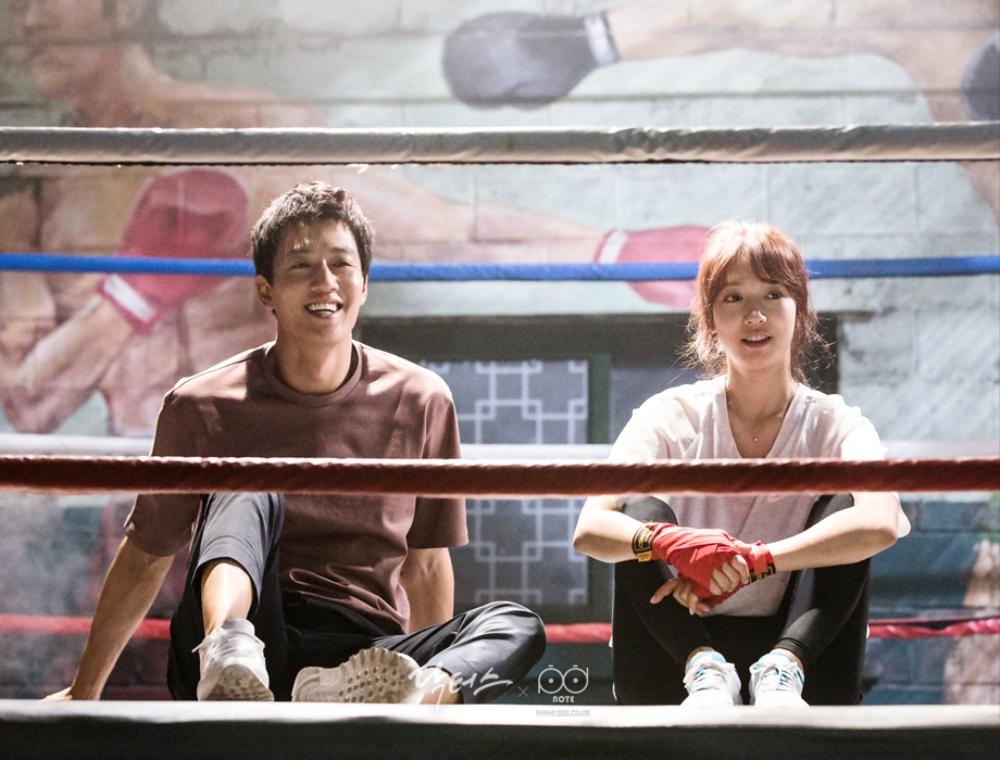 닥터스케치 7 체육관 링 위에 앉아서 쉬고 있는 김래원 박신혜 이미지