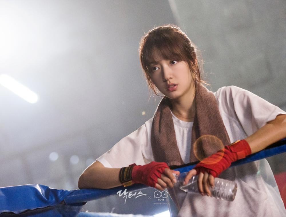 닥터스케치 7 체육관 링 위에서 물병을 들고 수건을 두르고 쉬고 있는 박신혜 두번째 이미지