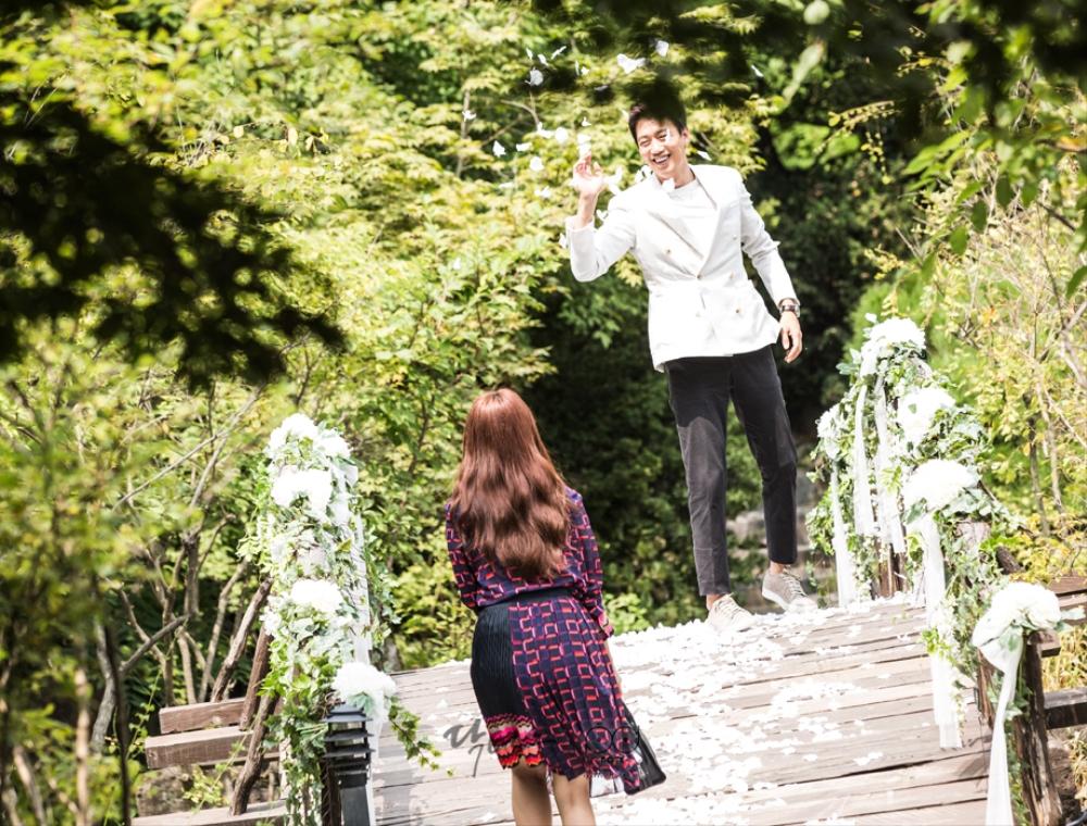 닥터스케치_꽃잎을 뿌리는 지홍과 꽃잎을 밟으며 오는 혜정