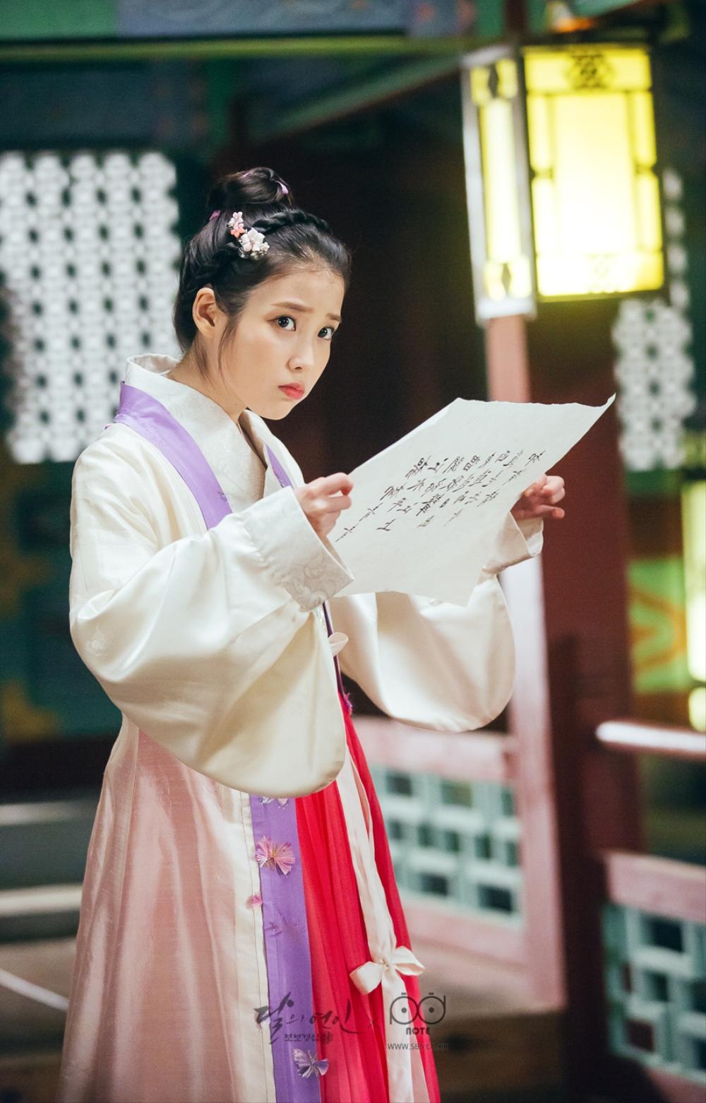 달의 연인 포토스케치_왕욱이 써서 준 한자 시를 못 읽어 갸우뚱하고 있는 해수