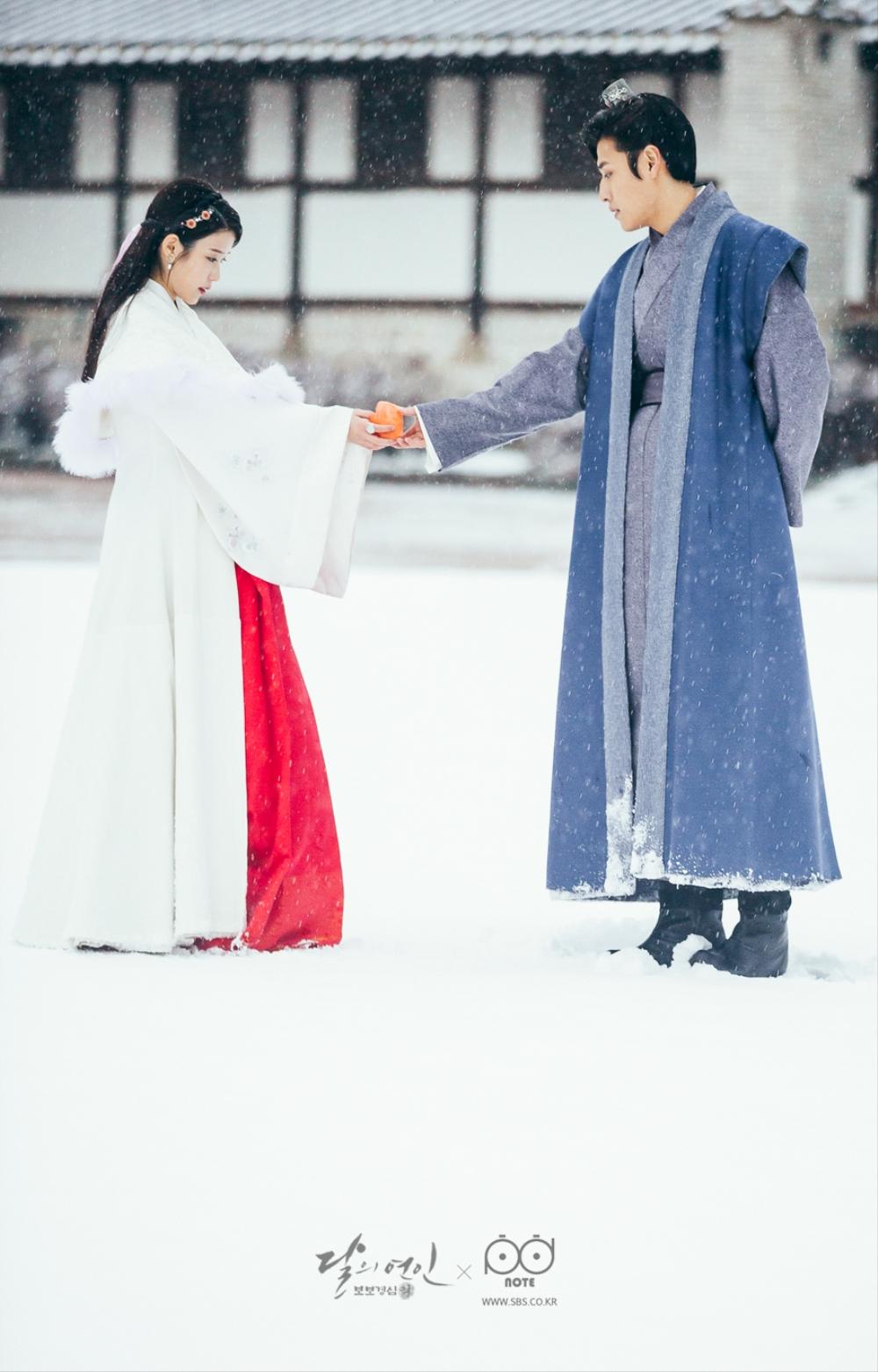 달의 연인 포토스케치_눈 위에서 서로 손을 잡음 겨울 동화 찍고 있는 왕욱과 해수