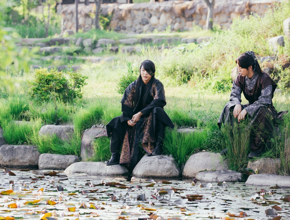 연못가에 나란히 앉아 있는 왕소와 백아