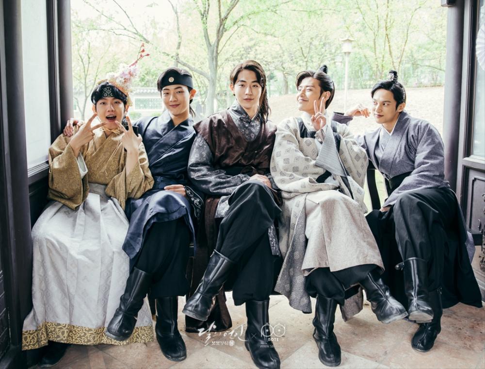 자리에 나란히 앉아 단체 사진을 찍는 왕은,왕정,백아,왕욱,왕원