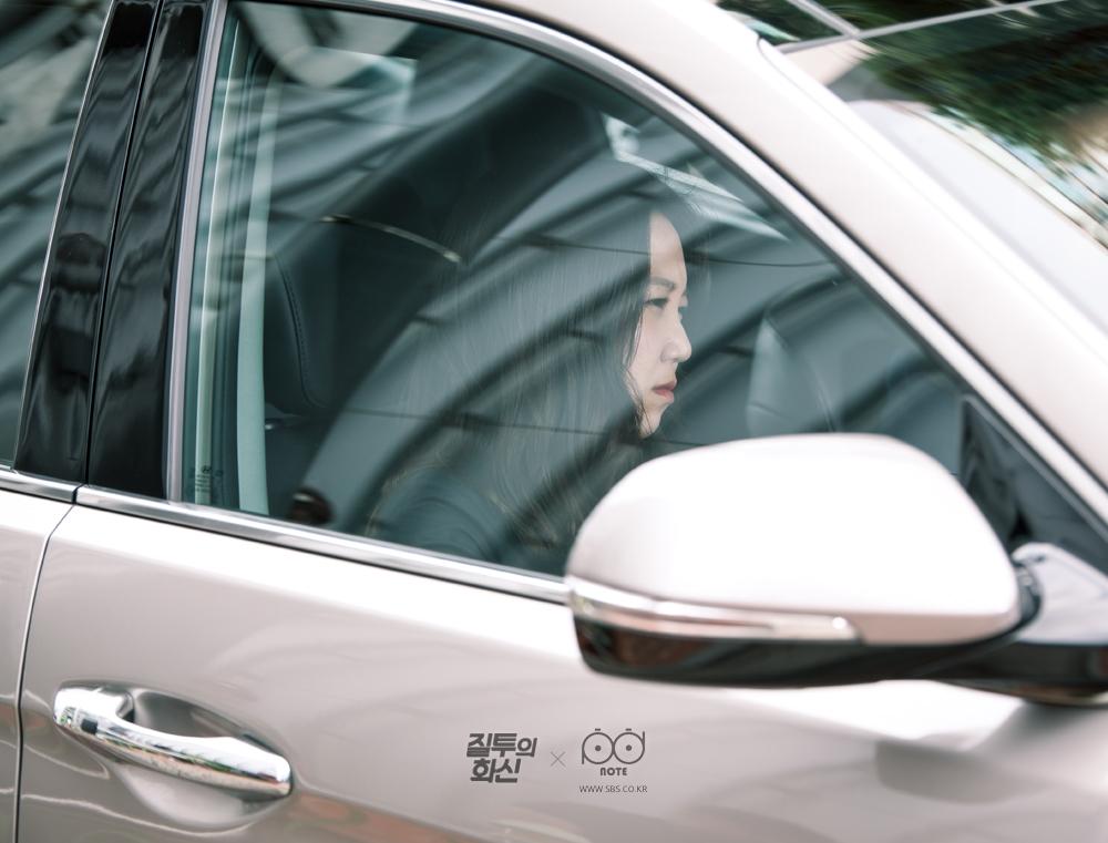 화신(조정석)의 차 옆 좌석에 앉은 나리(공효진)