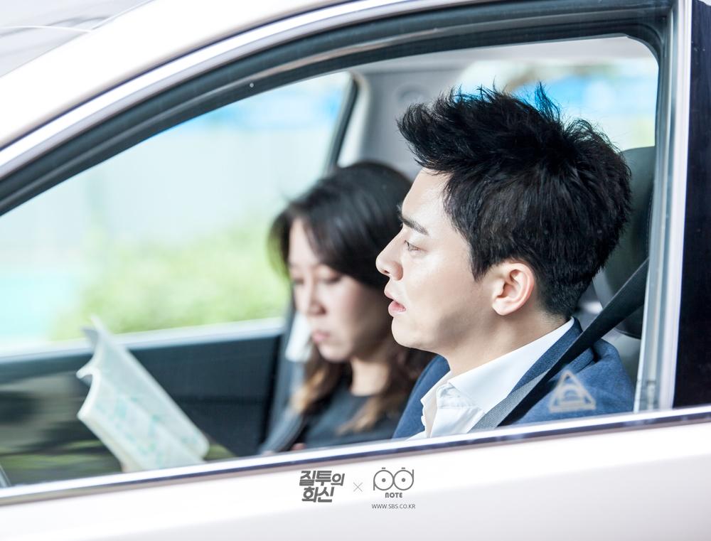 화신(조정석)의 차 안에서 대본을 들고 대사 맞춰 보는 나리(공효진) 비하인드 사진