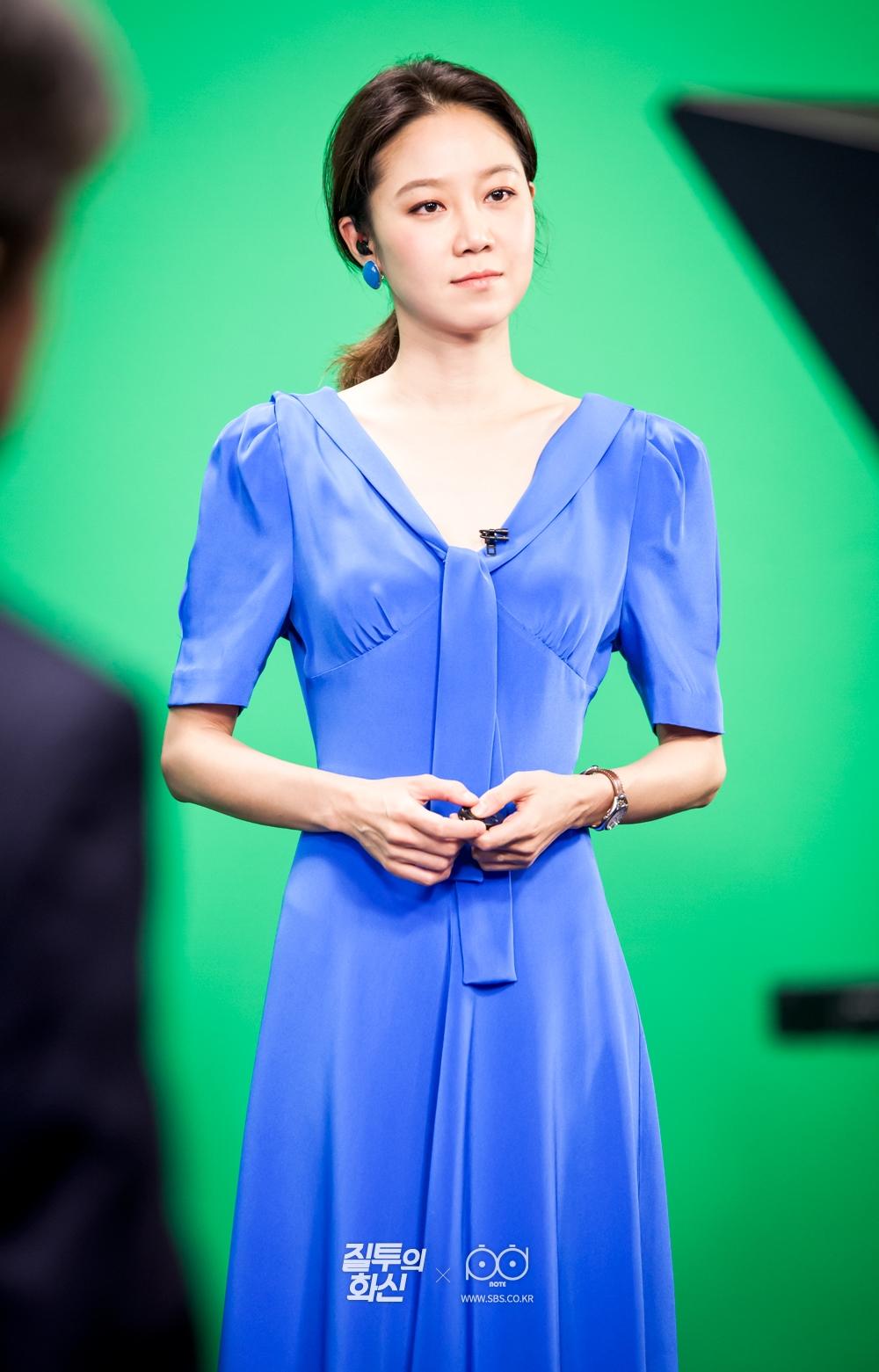크로마키 배경 앞에서 정원(고경표)이 만들어 준 드레스를 입고 일기예보를 진행하는 나리(공효진) 2
