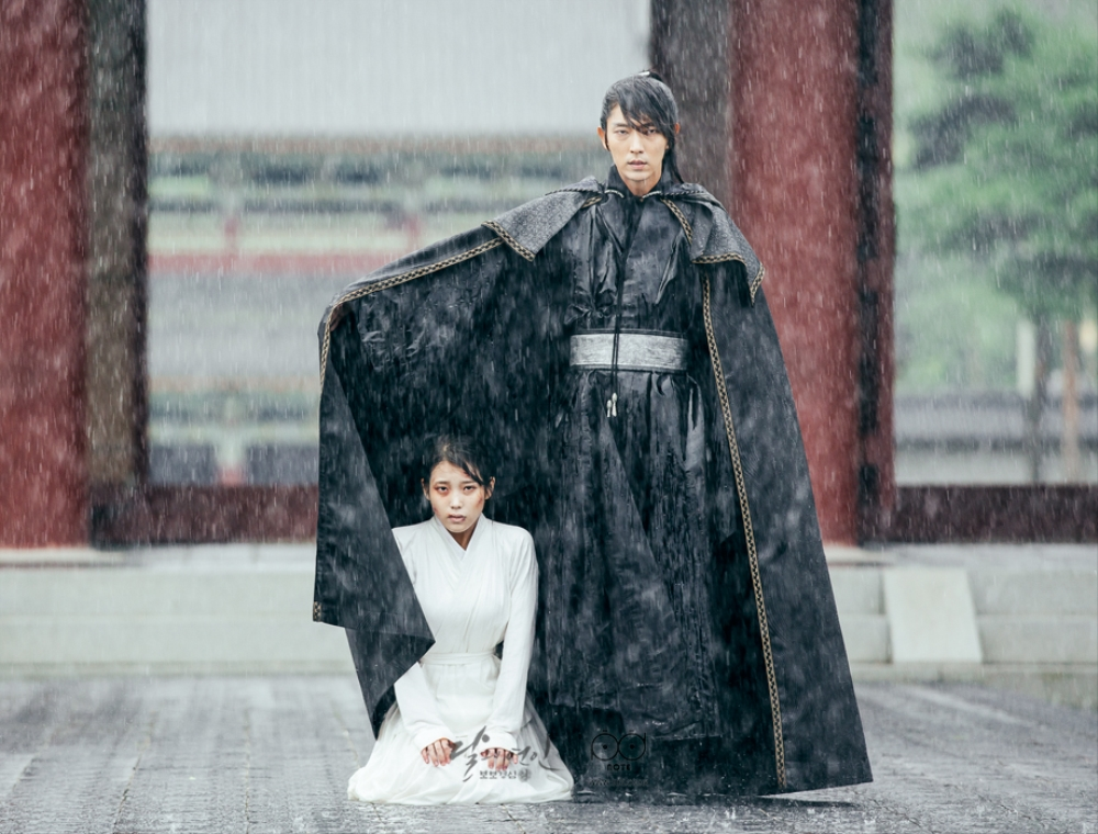 Wangso images that cover the front and sea to sea with a black cloak in the rain