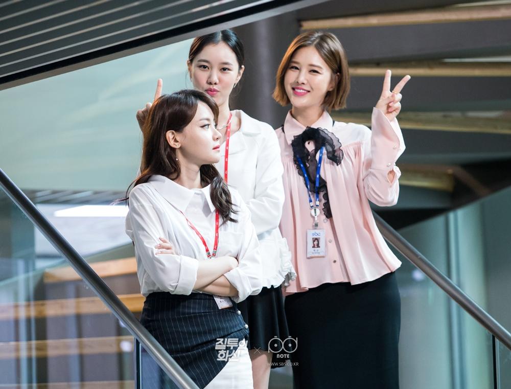 쵤영 중 계단에 서서 카메라를 향해 아이컨택, 브이 하는 박은지, 서유리, 김예원 비하인드 사진