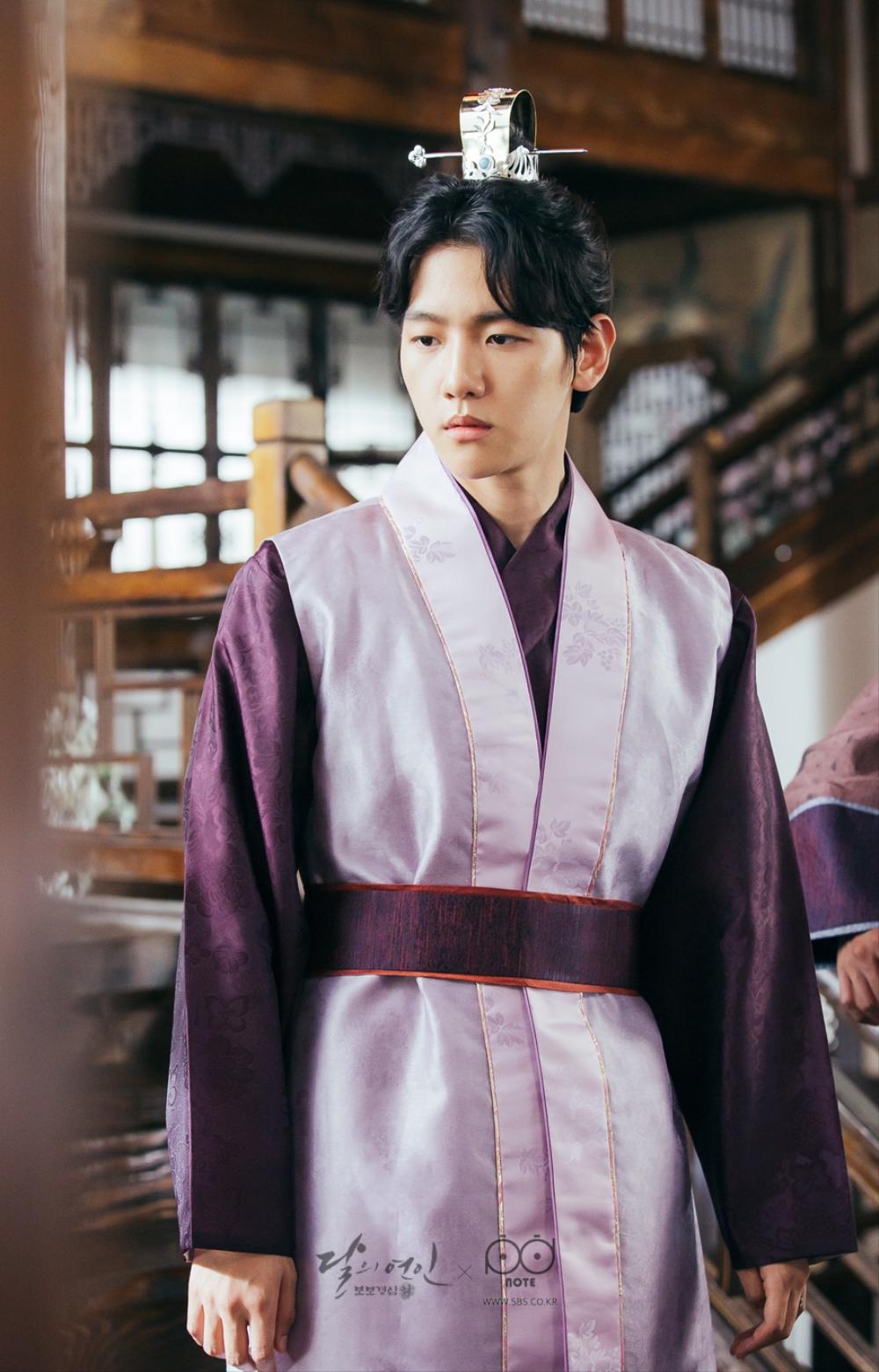 핑크색 한복을 입고 질투를 하고 있는 모습의 왕은 이미지