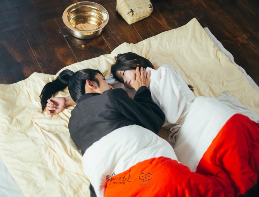 한 이불에 누워 서로를 애틋하게 바라보는 왕소와 해수의 이미지