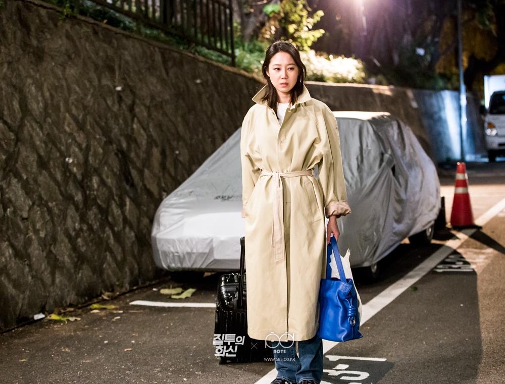 캐리어, 가방 들고 코트 입고 서 있는 공효진