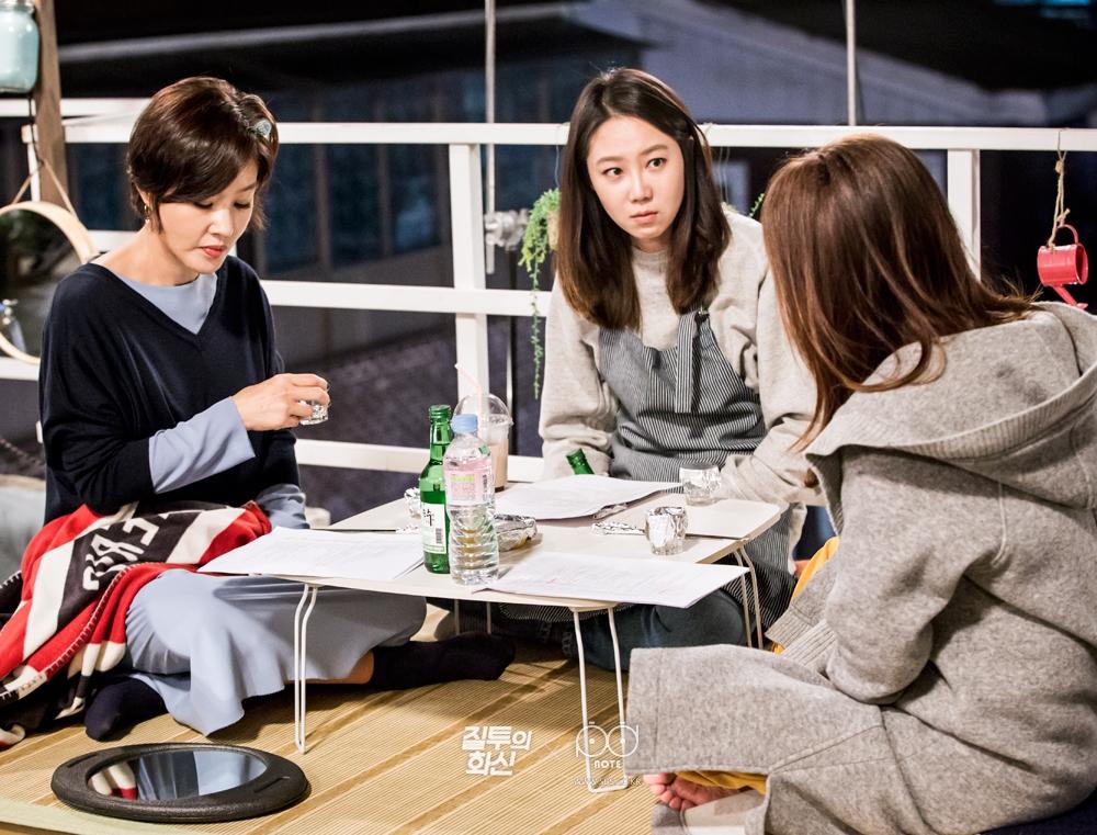 술상에 둘러 앉아 리허설 중인 공효진, 이미숙, 박지영 2
