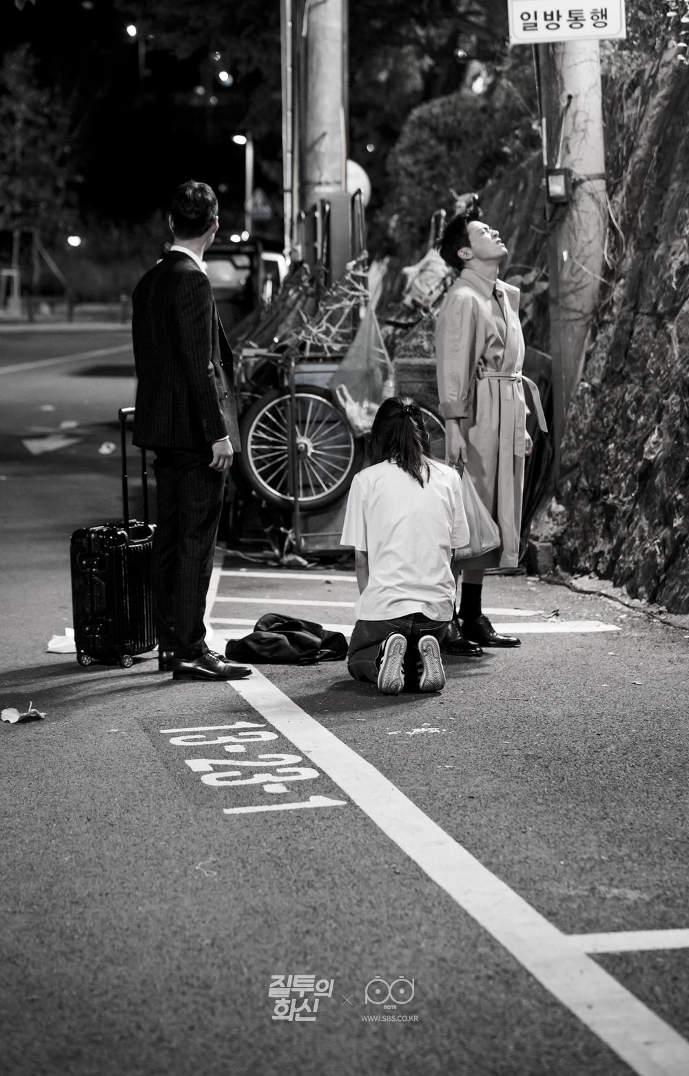 화가 난 조정석과 고경표 앞에서 무릎 꿇고 있는 공효진 흑백사진 4