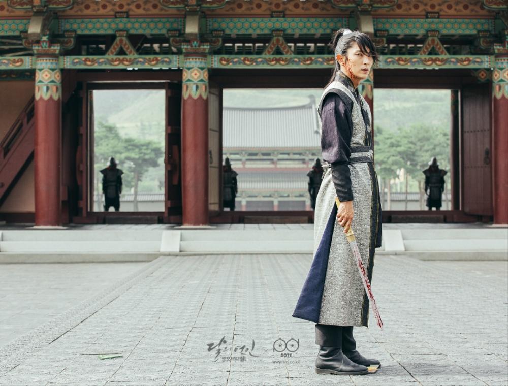 황궁 한복판에서 칼을 들며 황제가 되고싶다고 다짐하는 왕소의 이미지