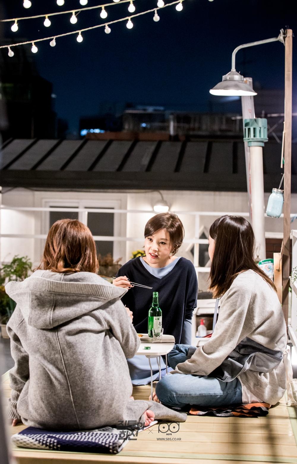 술상에 둘러 앉아 소주 마시는 씬 촬영 중인 공효진, 이미숙, 박지영 1