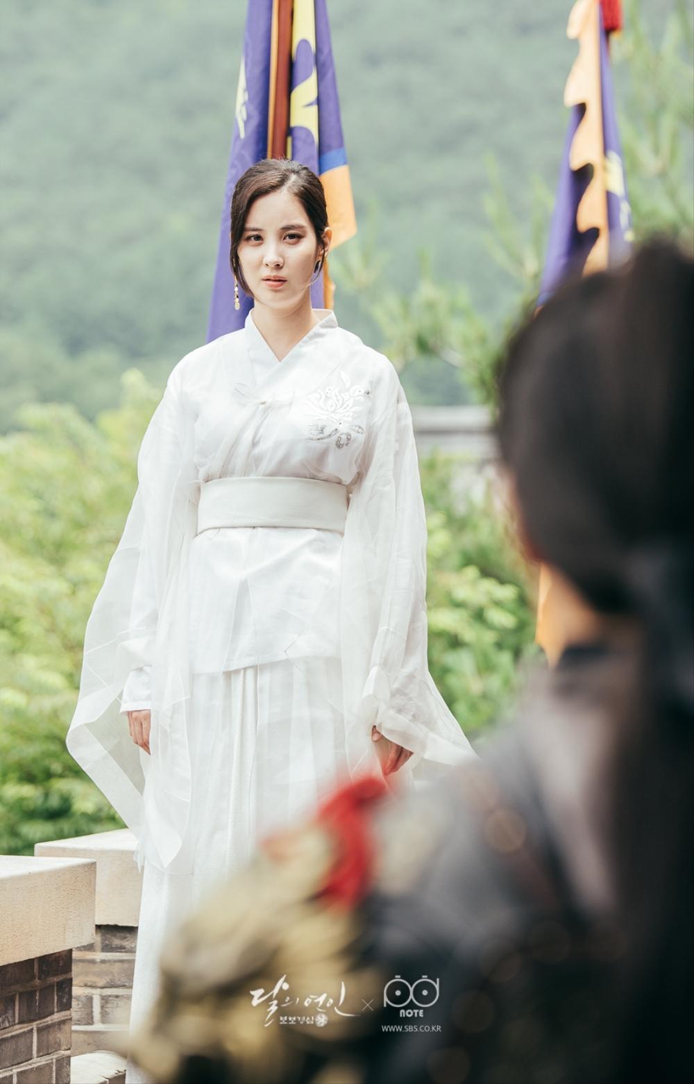 흰 소복을 입고 성 위에서 뛰어 들기 전 백아를 슬프게 바라보는 우희의 이미지