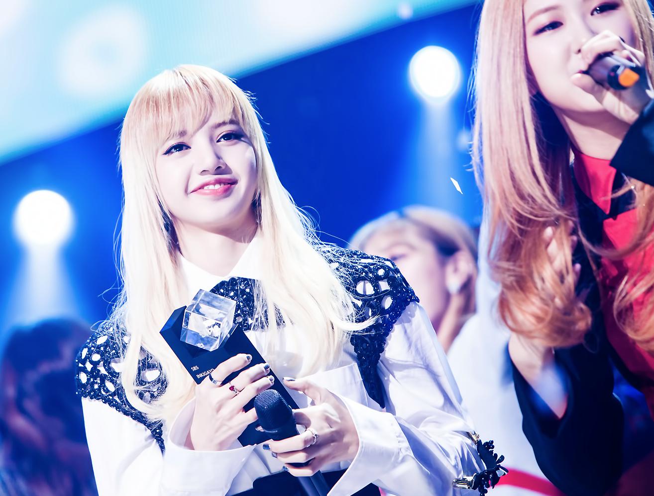 블랙핑크 1위 수상 후 기뻐하는 리사의 모습