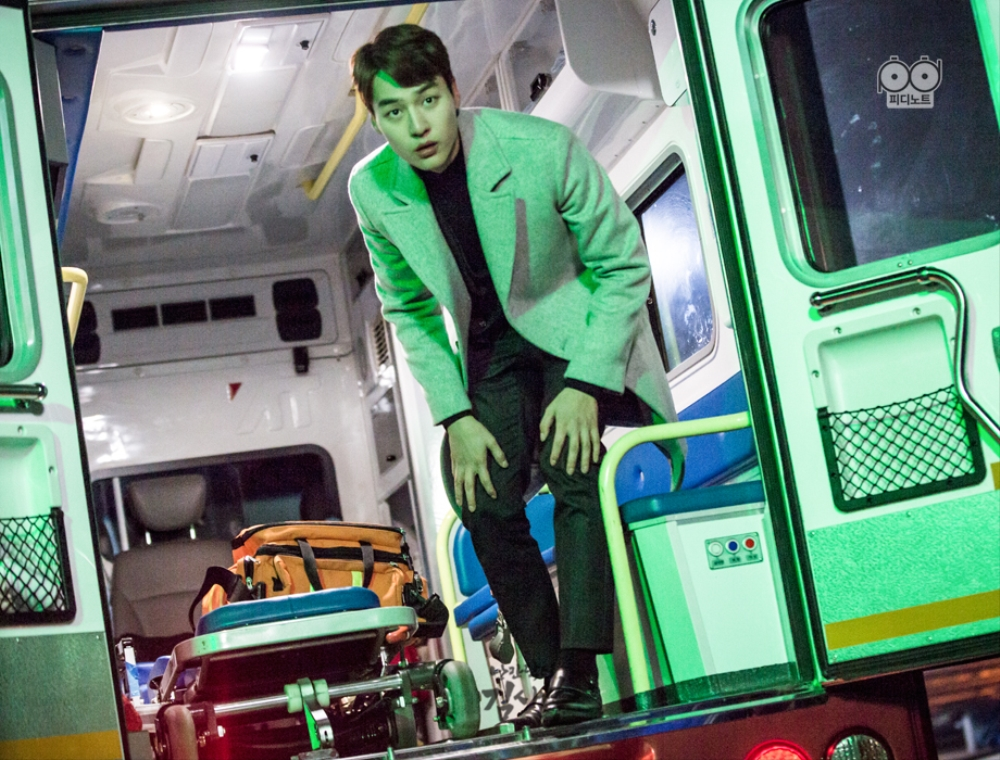 Green Agent Do In-Beom, being sexy on the ambulance
