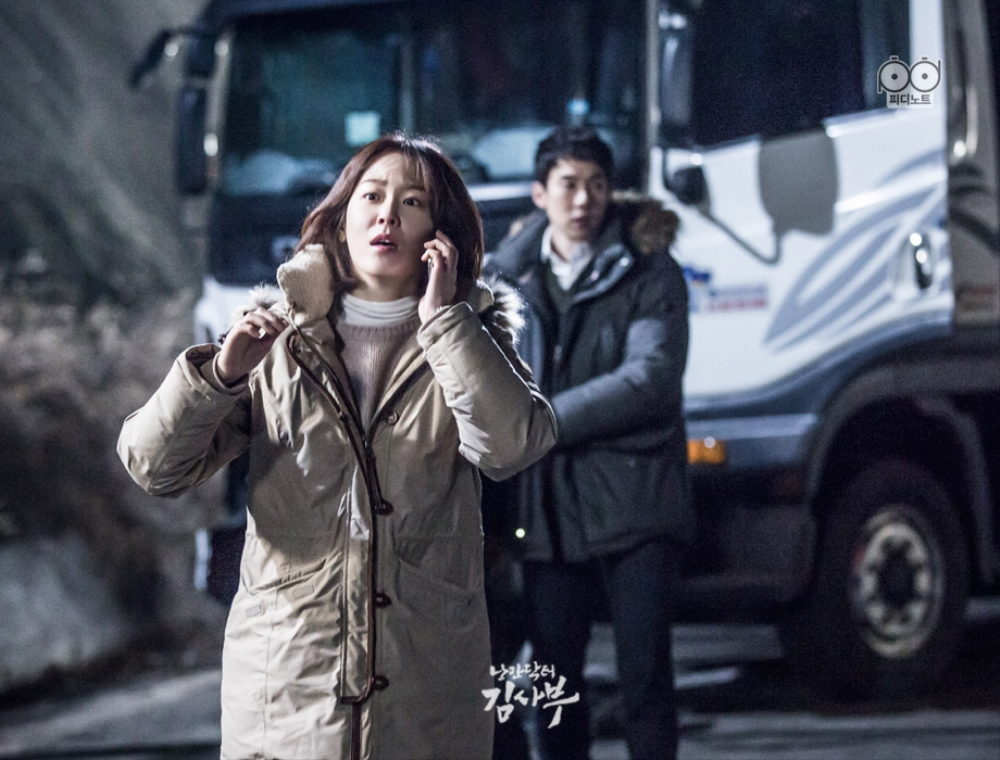 Agent Dong-ju gets busy while agent Seo-jeong calls 911.