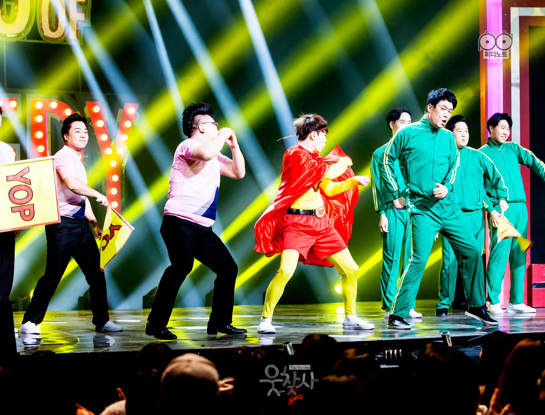yop팀 코너. 무대위에서 단체로 춤추는 이미지.