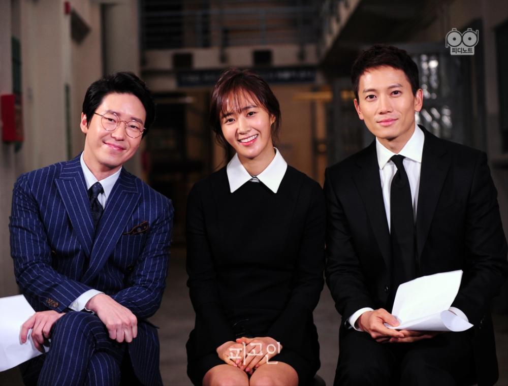 엄기준, 권유리, 지성 순으로 앉아 인터뷰하는 사진. 정면을 바라본 세 명의 모습. 1월 23일 첫 방송 많은 시청 바랍니다.