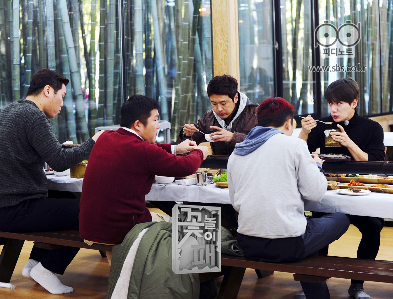 꽃놀이패 멤버들 열심히 식사중이고 이재진 멤버들 쳐다보는중