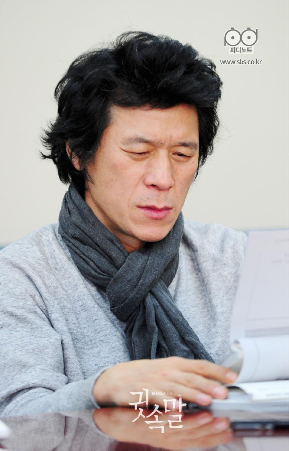 김뢰하 귓속말 대본리딩 현장에서 대본 읽고 있는 사진