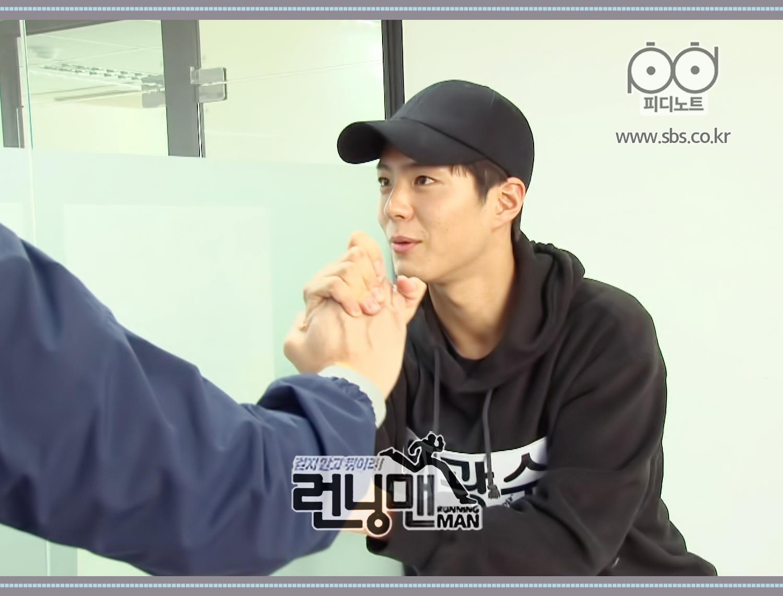 이광수와 손 꽉 잡고 이야기 하는 박보검
