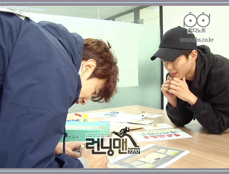이광수 자기 이름표에 싸인하는듯한 모습 박보검 그것을 지켜보는 모습