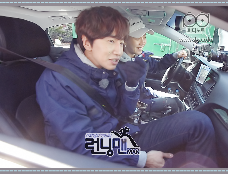 송지효와 이광수 차 안에서 누군가에게 연락하는 모습