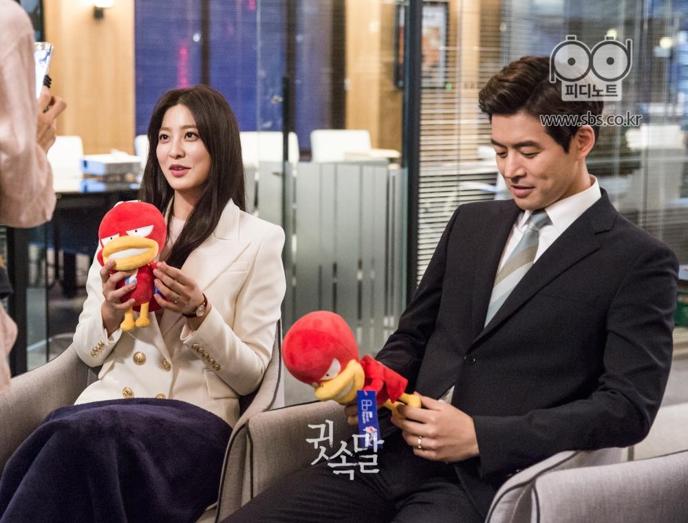 미우새 인형을 받고 인터뷰 중인 박세영과 미우새 인형을 만지작 거리는 이상윤 이미지