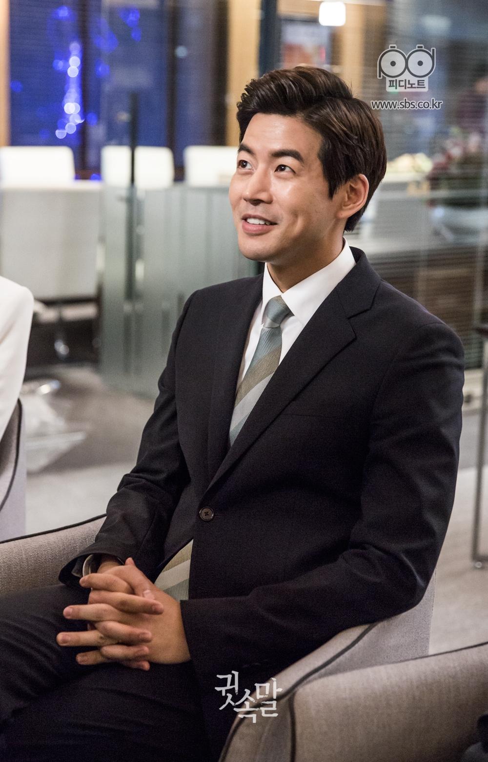 의자에 앉아 밝은 미소로 v앱 인터뷰를 하는 이상윤 이미지