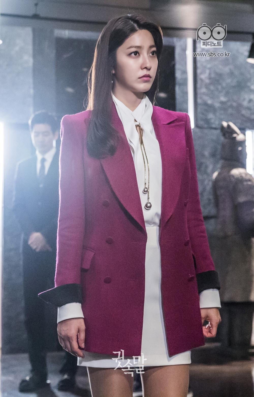 강렬한 분홍색 자켓을 입고 서 있는 명품 아우라를 풍기는 박세영 이미지