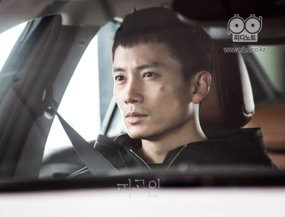 차 안에 심각한 표정으로 앉아 있는 지성