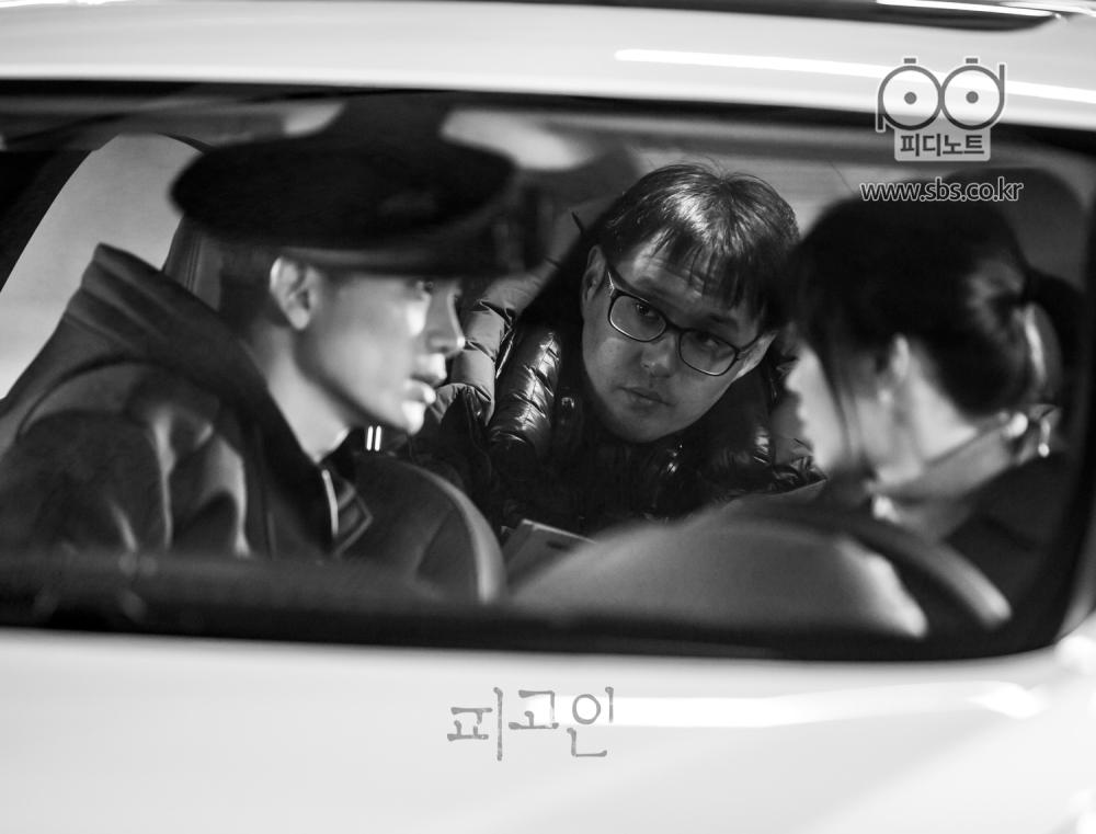 자동차 안에서 감독님과 의논 중인 지성, 유리의 흑백사진